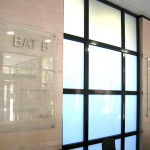 Panneau d'accueil en verre
