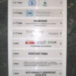 Lames modulaires pour logos des sociétés fixées sur support plexi