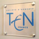 Sign-Capitale - Signalétique Plaque logo plexiglas