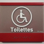 Sign-Capitale - Plaque et pictogramme toilette en relief et braille