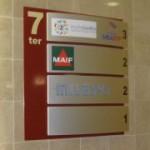 Sign-Capitale - Panneau modulaire en aluminium laqué et lames galbées