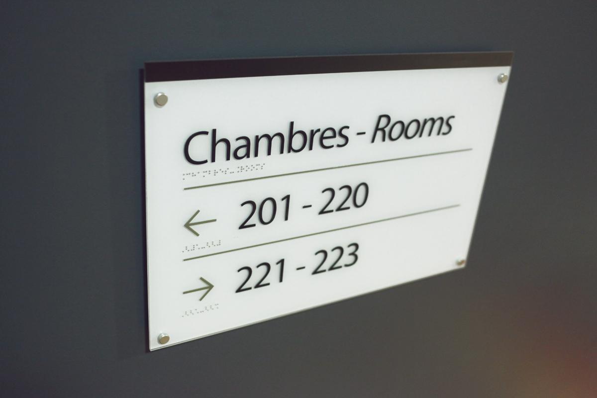 Plaque relief et braille sign capitale for Numero chambre hotel