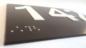 Plaque PVC en relief + braille 3