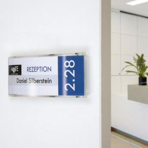 Plaque galbée en plexi pour vos portes de bureaux