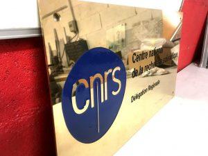 plaque laiton gravure logo cnrs 2 couleurs