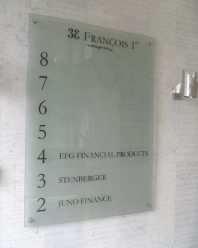 affichage dans hall d'immeuble de bureaux