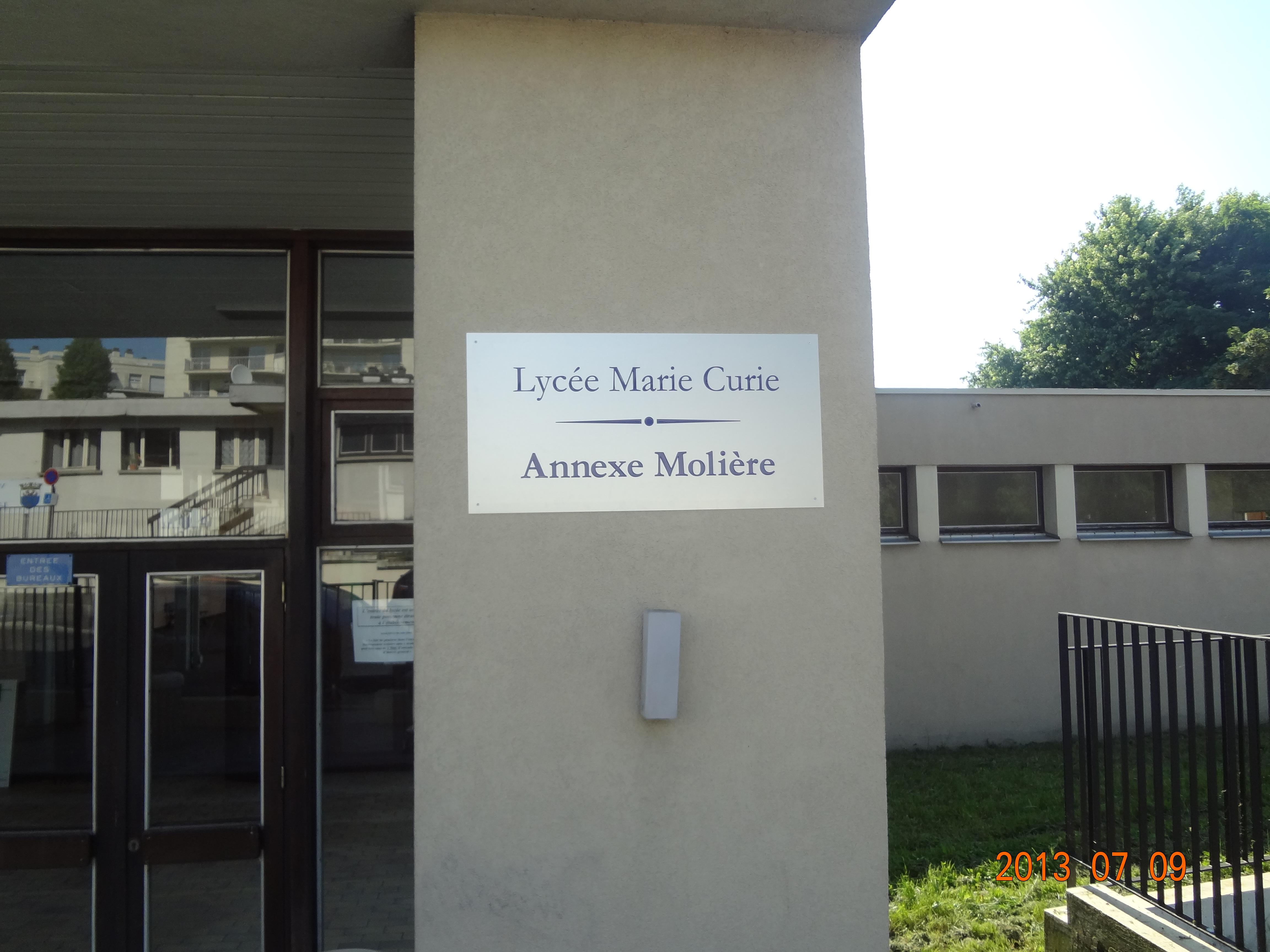 nom du lycée sur panneau extérieur