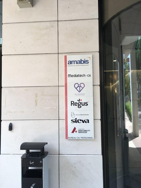 logos des locataires sur fronton immeuble