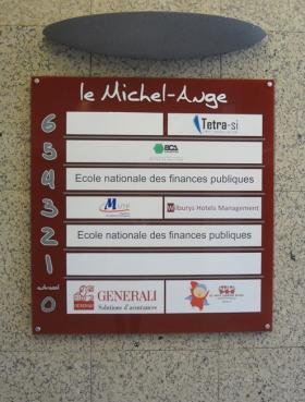 plaque pour logos sociétés dans le hall