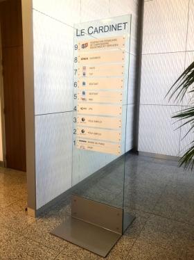 Totem modulaire à poser dans un hall