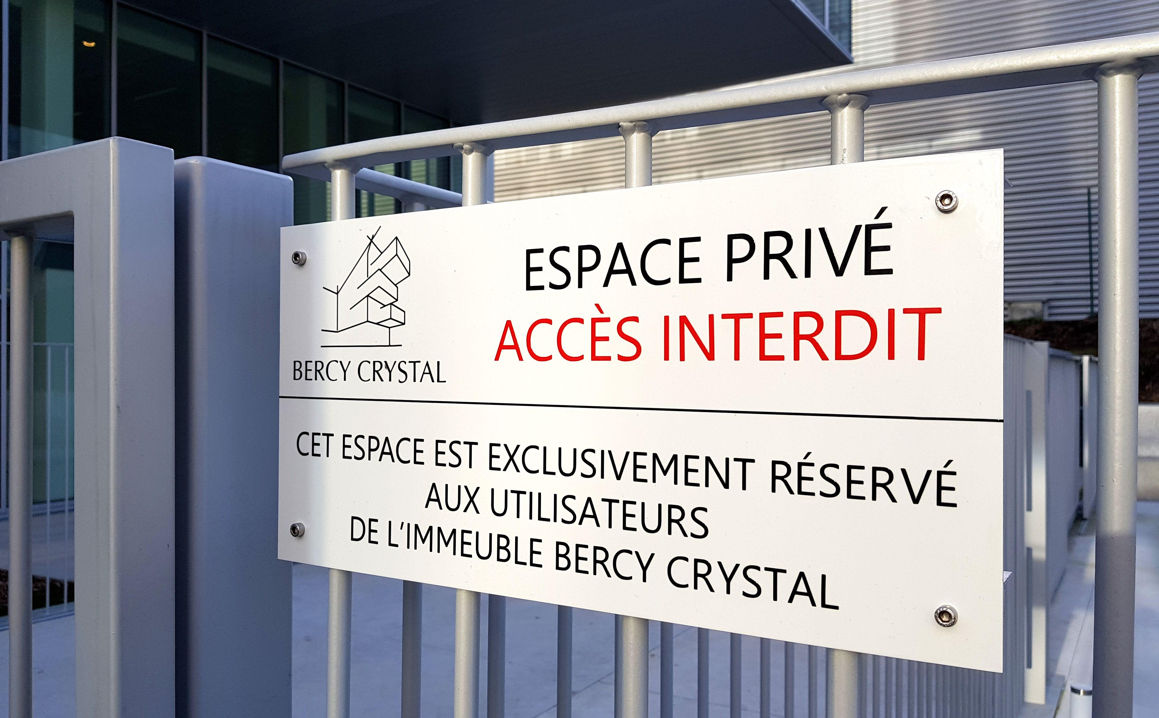 plaque d'interdiction d'accès pour immeuble de bureaux