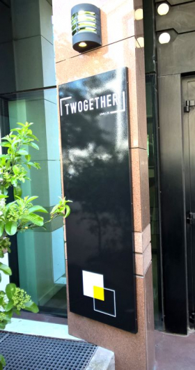 panneau avec nom de l'immeuble