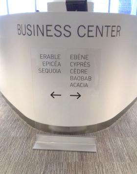 totem transparent en verre pour business center