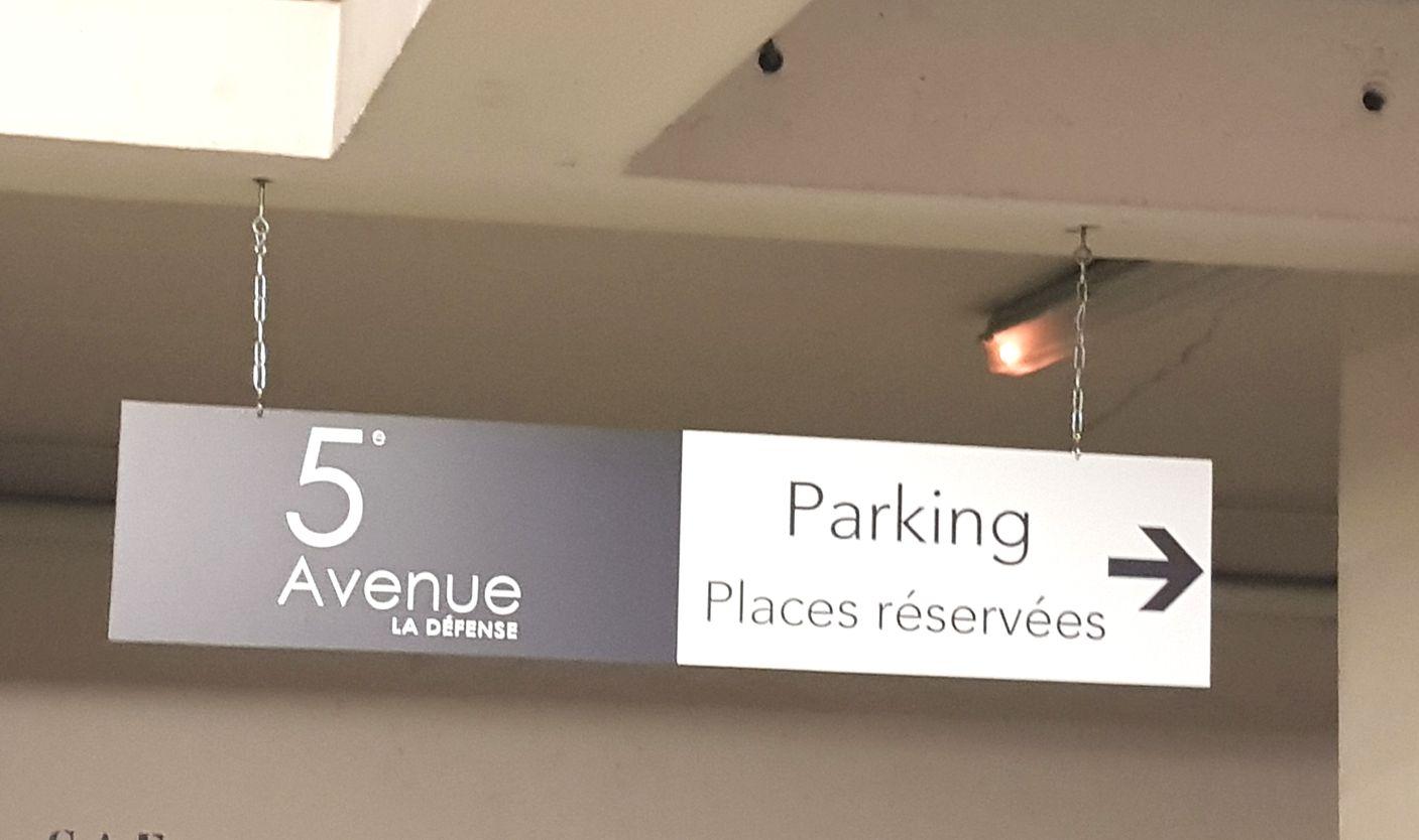 directionnel dans parking immeuble